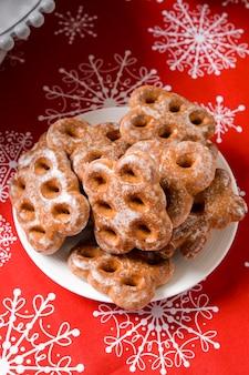 印刷雪片とお祝いテーブルのクッキー