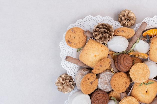 Печенье на веревке в тарелке на белой поверхности