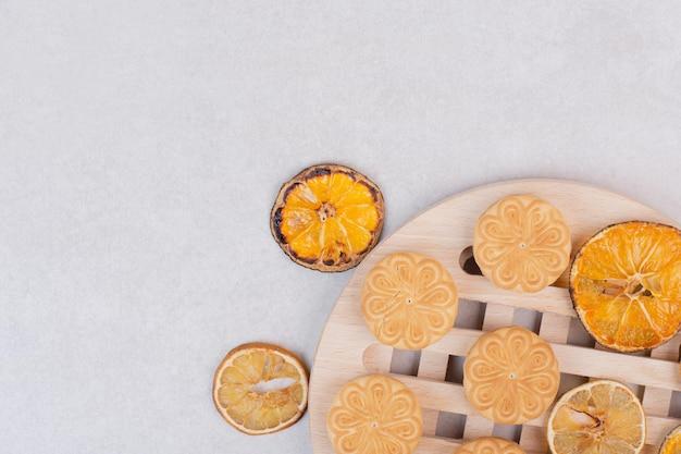 白いテーブルの上のプレートのロープ上のクッキー