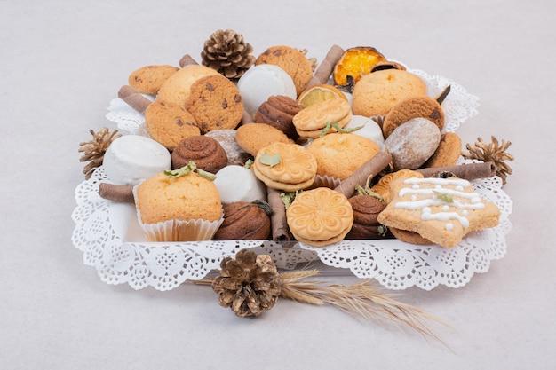 Печенье на веревке в тарелке на белом