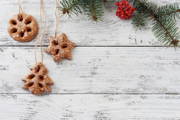 色の木製の背景にロープ上のクッキー