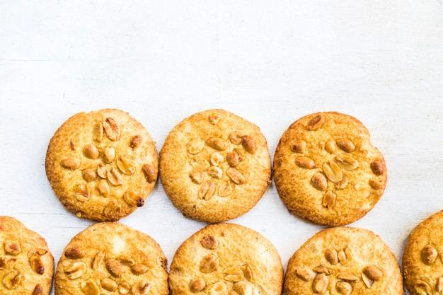 白い木製のテーブルの上のクッキー、上面図