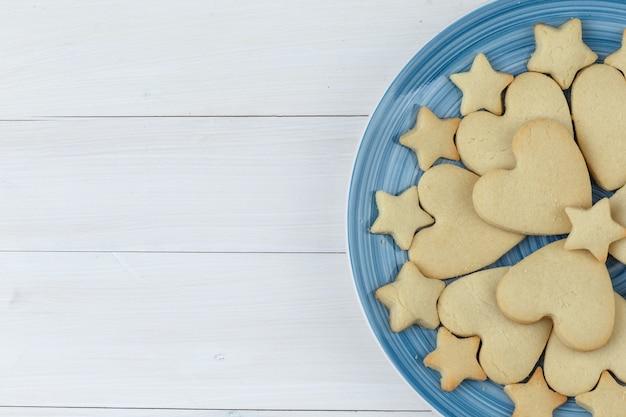 Biscotti in un primo piano piatto su uno sfondo di legno