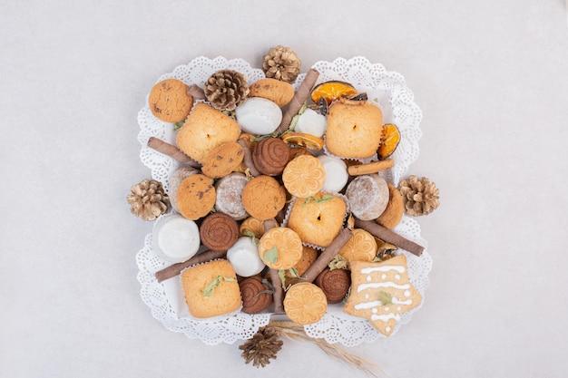 Biscotti su corda in piatto sul tavolo bianco