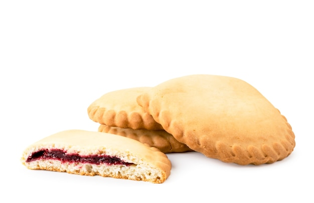 白い背景の上のチェリージャムとクッキーsochniki、分離