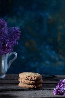 쿠키는 봄 꽃과 함께 추상적 인 배경에 소박한 스타일의 삶을 정합니다.