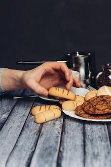 お皿にクッキースイーツキャンディーティーパーティー朝食スナック。高品質の写真