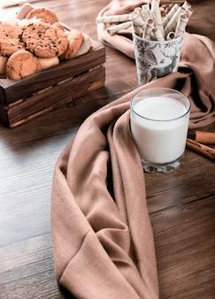Противень со стаканом молока