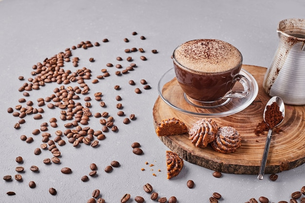 一杯のコーヒーとクッキー。