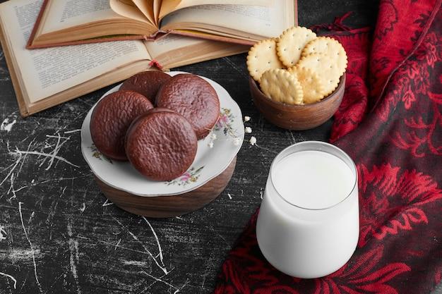 Печенье со стаканом молока, вид сверху.
