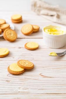 バターバニラクリーム入りクッキー