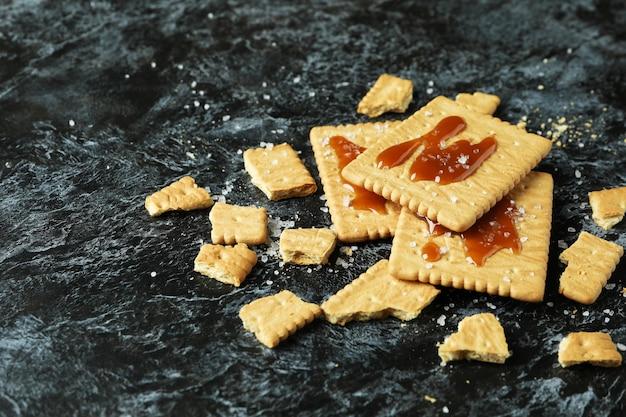Печенье с карамелью на черном дымчатом фоне