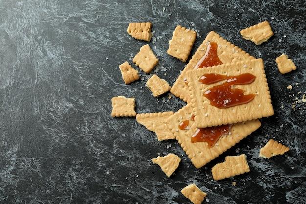 Печенье с карамелью на черном смоки