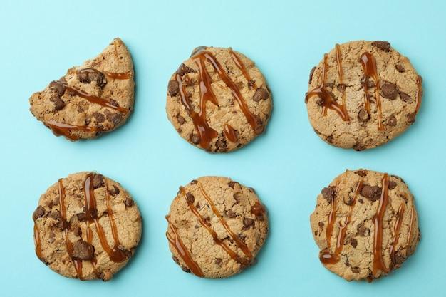 Печенье с карамелью на синем фоне, вид сверху