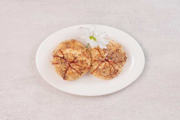 キャラメルソースと白の花のクッキー。