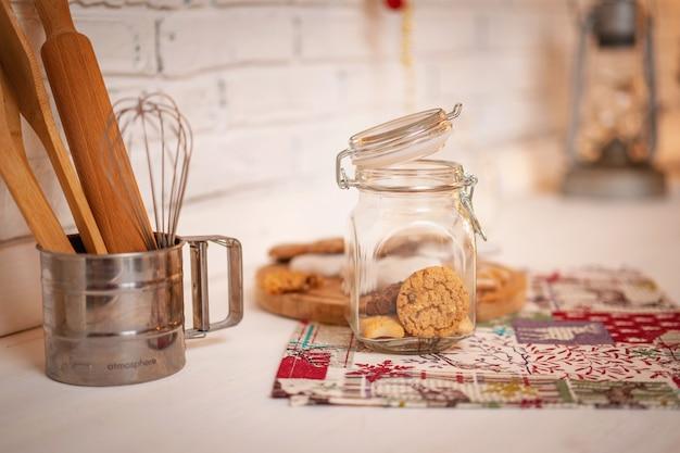 キッチンの上に立って、ガラスの瓶にチョコレートとシナモンのクッキー
