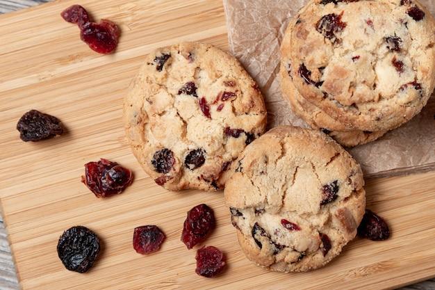 Печенье с шоколадом и клюквой