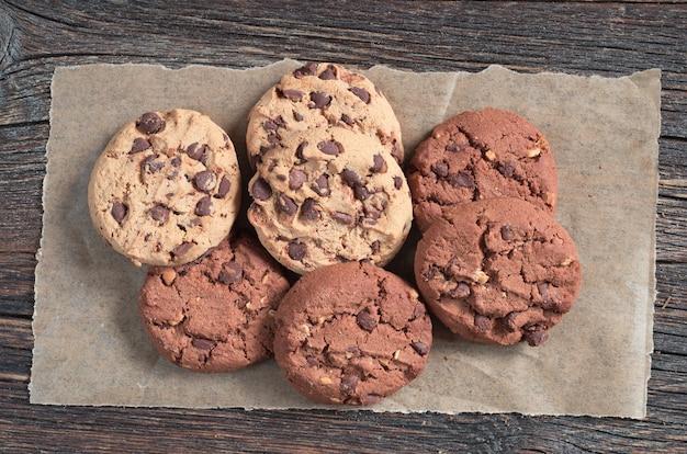 오래된 나무 배경에 초콜릿과 견과류가 있는 쿠키, 위쪽