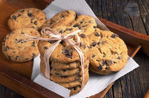 木製トレイにチョコレートとクッキー