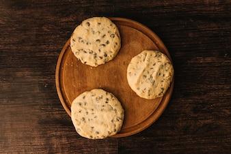 木の板にチョコレートクッキー