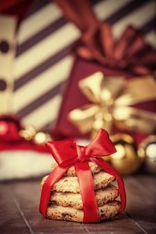 나무 테이블에 크리스마스 선물이 있는 쿠키