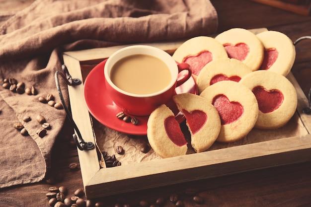木製トレイ、クローズアップのコーヒーとクッキー