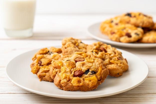 Печенье с кукурузными хлопьями, изюмом и миндалем