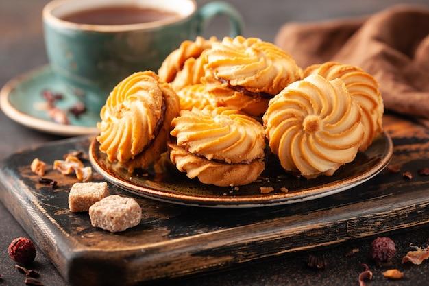 Печенье с чашкой чая на столе