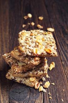 Печенье с разными орехами и семенами на старом деревянном столе