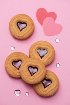 ピンクの表面にハートのクッキー