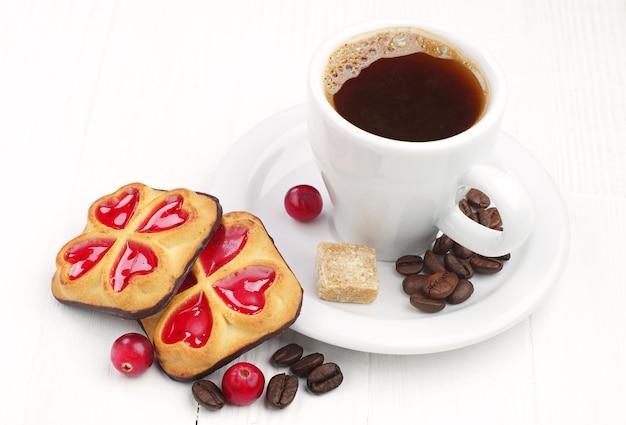 잼과 크랜베리와 커피 한 잔을 곁들인 쿠키