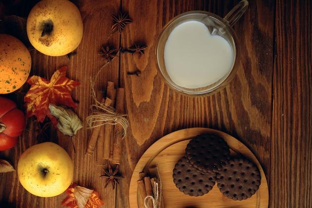 テーブルの上のミルクとクッキー。