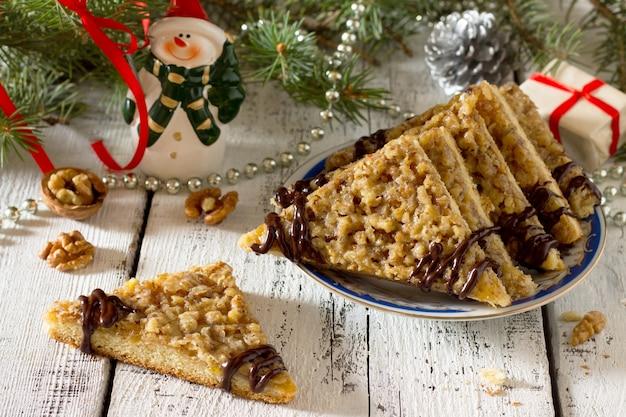 Печенье с ореховой начинкой, апельсиновым джемом и шоколадной глазурью