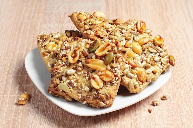 Печенье с орехами и разными семенами на деревянном столе