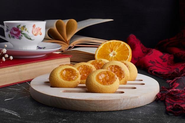 オレンジ色のコンフィチュールが付いたクッキー。
