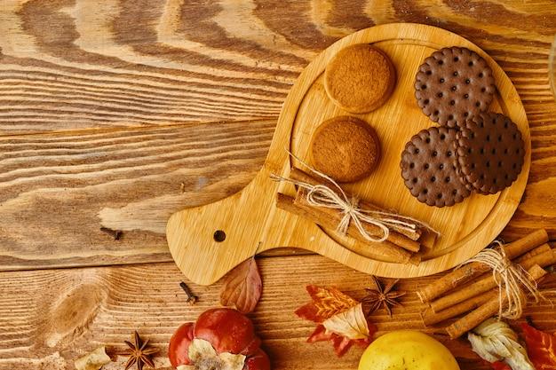 テーブルの上のカボチャとリンゴのクッキー。クッキーと秋の装飾。