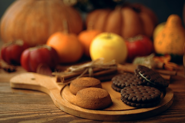 カボチャとテーブルの上のリンゴのクッキー。