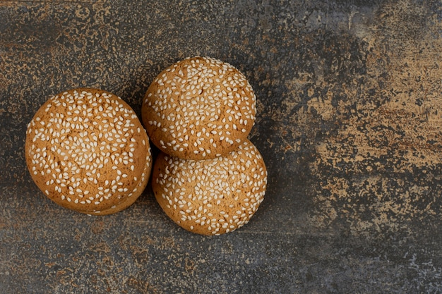大理石の表面にゴマが入ったクッキー。