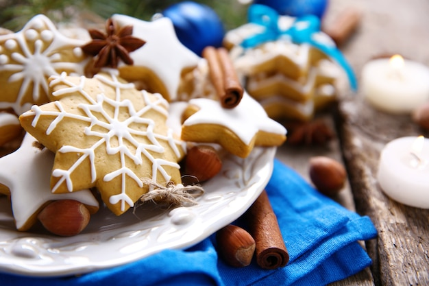 나무 테이블에 향신료와 크리스마스 장식 쿠키