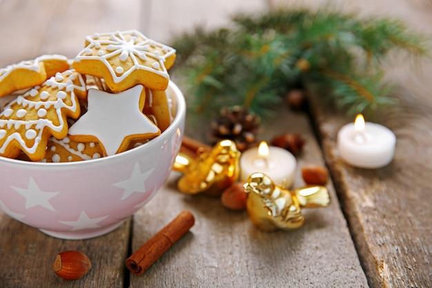 나무 테이블에 향신료와 크리스마스 장식이 있는 쿠키