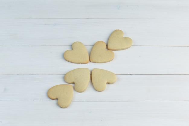 Biscotti su uno sfondo di legno. laici piatta.