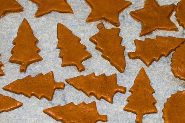 クリスマスのジンジャーブレッドを調理して飾る。自家製ジンジャーブレッドクッキー、フォーム、ベーキング材料。