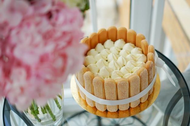 マスターが自宅でティラミスケーキを調理して飾る。