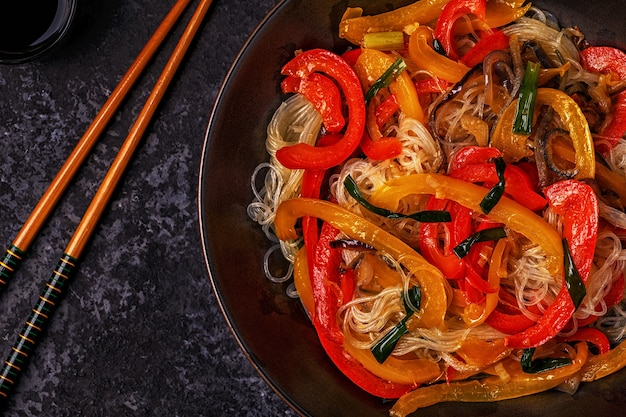 アジアの炒め麺を野菜で調理する