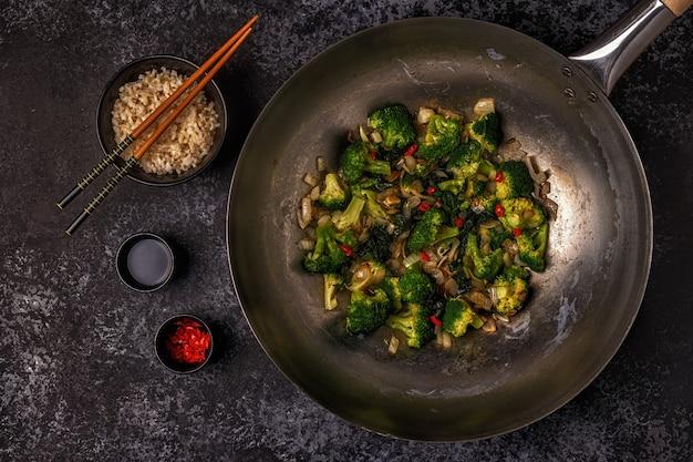 炒め物野菜でアジアの中華鍋を調理する