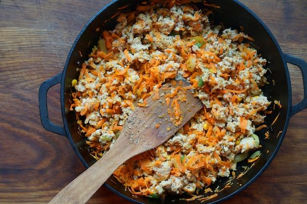 집에서 요리하기 주방 닭고기 반찬 야채와 함께 다진 고기 튀김 요리