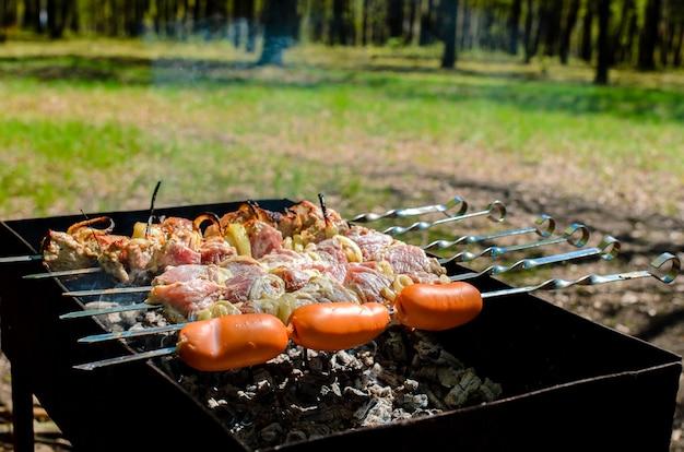 자연에서 바베큐 요리.
