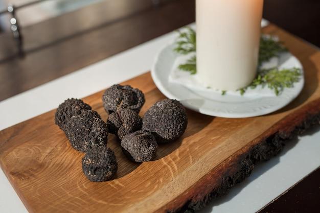 식당에서 검은 송로 버섯 요리