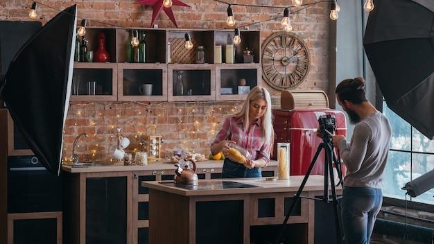 요리 블로그. 비즈니스와 라이프 스타일. 파스타에 대한 커플 촬영 튜토리얼