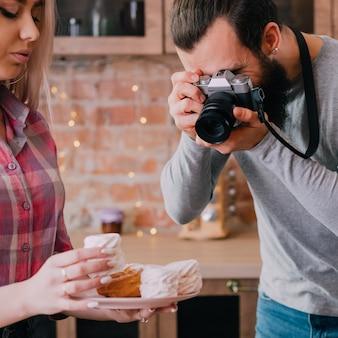 요리 블로그. 취미와 생활 방식. 수제 달콤한 빵집. 머랭 디저트와 함께 남자와 여자 촬영 접시.